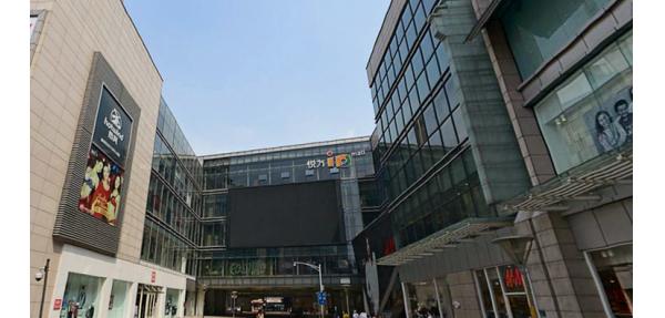 悦方国际购物中心的不锈钢垃圾桶